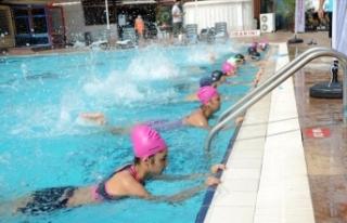 Antalya'da 9 ayda 40 bin kişiye yüzme öğretildi