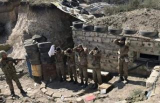 Azerbaycan ordusu bir grup Ermeni askerini esir olarak...