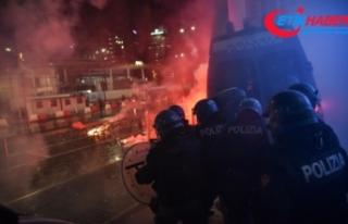 İtalya'da Covid-19 kısıtlamaları protesto edildi:...