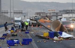 İzmir'de kamyonet kaza yaptı; kasasındaki...