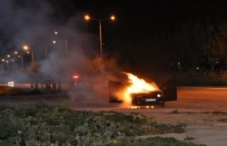 Karaman'da seyir halindeki otomobil alev topuna...