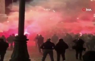 Kovid-19 tedbirlerini protesto eden aşırı sağcı...