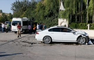 Şanlıurfa'da işçi servisi ile otomobil çarpıştı:...