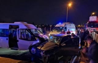 Askeri personel taşıyan minibüs ile otomobil çarpıştı:...