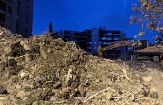 Depremde çöken Yılmaz Erbek apartmanından 3 kişinin...