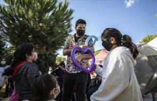 Depremzede çocukların yüzü gönüllülerle gülüyor