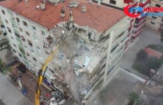 İzmir'de ağır hasarlı bina kontrollü yıkım...
