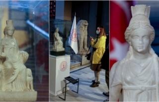 1700 yaşındaki 'Kybele' heykeli ziyaretçilerini...