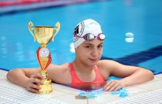 Bakan Kasapoğlu'ndan milli yüzücü Merve Tuncel...
