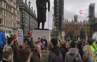 İngiltere'de kısıtlamalar halkı sokağa döktü