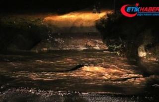 İzmir'de sel sularına kapılan araçtaki 5...