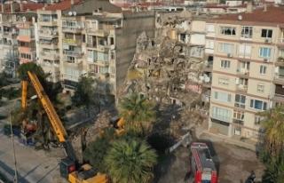 İzmir'de deprem öncesinde yan yatan binanın...