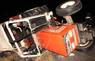Traktörle otomobil çarpıştı 4'ü aynı aileden...
