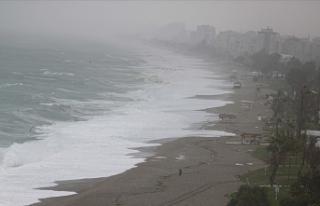 Antalya'da kuvvetli rüzgar ve sağanak etkili...