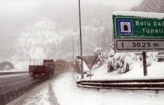 Bolu Dağı'nda yoğun kar yağışı etkisini...