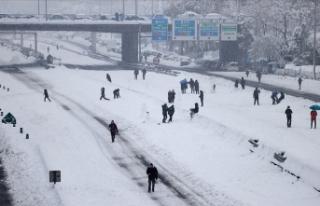 İspanya'da yoğun kar yağışı nedeniyle hayat...