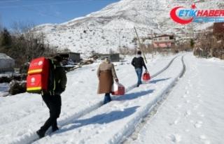 Karlı yolları aşarak 85 yaş ve üstü vatandaşları...