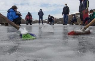 """Köylülerin buz tutan Kars Çayı'nda """"curling""""..."""