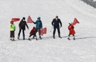 Van'da aileleri ikna edilen gençlere kayak eğitimi...
