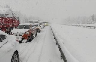 Yoğun kar nedeniyle Anadolu Otoyolu'nda kilometrelerce...