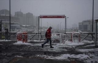 İstanbul'da kar yağışı etkisini artırarak...