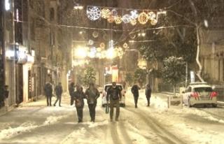 Taksim Meydanı kar yağışı ile birlikte beyaza...