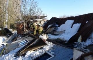 Tuzla'da ahırın çatısı çöktü, 60'a yakın...