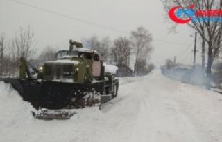 Ukrayna'da devam eden kar yağışı 64 yerleşim...