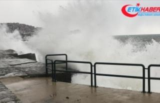 Zonguldak'ta kuvvetli rüzgar nedeniyle dalgalar...
