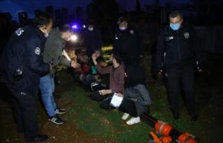Adana'da polisten kaçmaya çalışan şüpheliler...