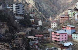 Artvin'in Dereiçi köyünde evleri yananlar...