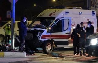 Hasta taşıyan ambulans ve otomobil çarpıştı:...