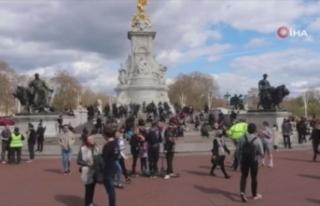 İngiliz halkı Buckhingham Sarayı'nın önünde...