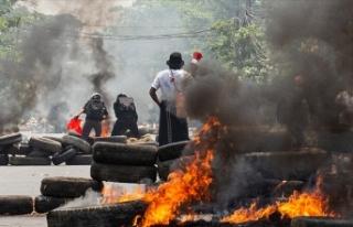 Myanmar'da güvenlik güçlerinin protestoculara...