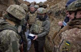 Zelenskiy, gerilimin hakim olduğu Donbass'ta askerlerle...