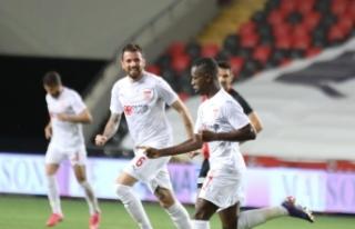 Max Gradel 10. golünü atmanın sevincini yaşadı