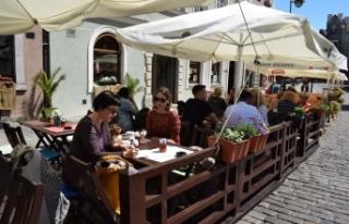 Polonya'da halk aylar sonra yeniden açılan restoranların...