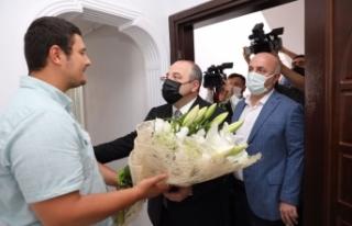 Bakan Varank, darp edilen İHA Muhabirini ziyaret...