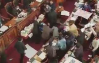 Bolivya Kongresi'nde milletvekillerinden yumruklu...