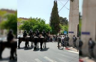 İsrail mahkemesi önünde İsrail güçleri ve Filistinliler...