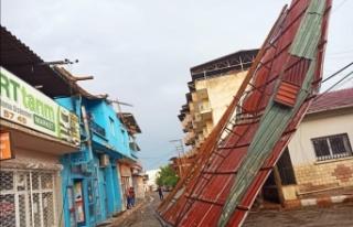 Manisa'da şiddetli fırtına ve yağmur etkili...