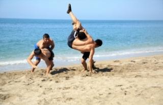Mersin'de güreşçiler, sahilde antrenman yaparak...
