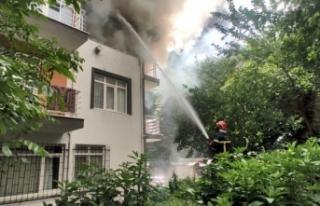 Yangında mahsur kalan çocuğu balkona tırmanıp...
