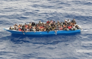Akdeniz'deki 80 göçmen TCG Gediz Fırkateyni...