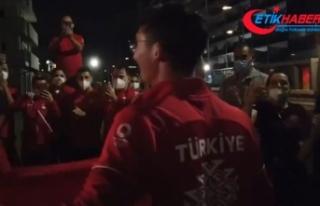 Mete Gazoz'a Olimpiyat Köyü'nde coşkulu...