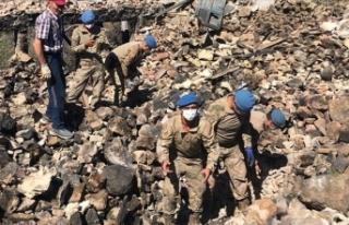 Jandarma, Akseki'deki yangında yıkılan evin...