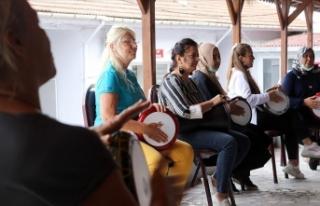 Ev kadınlarının kurduğu ritim grubu Trakya şarkılarını...