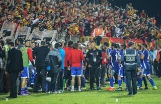 Takım sahadan çekildi maç yarıda kaldı