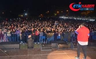 Öğrencilerden konsere geciken 'Eypio'ya protesto