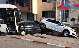 Servis aracı park halindeki araçları biçti